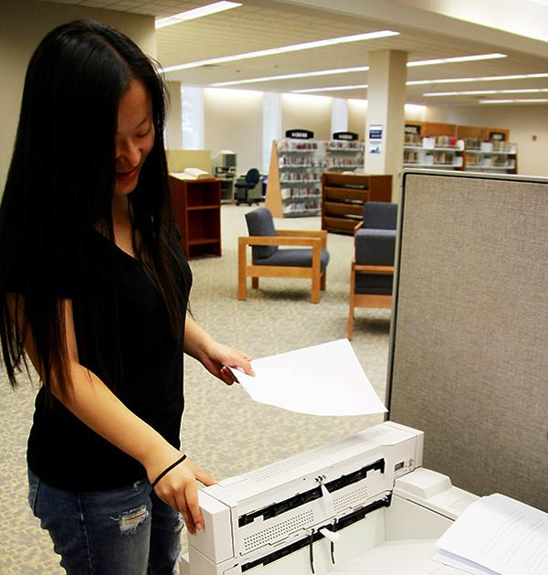 Freshman+Jane+Zhang+prints+against+her+900-page+total+at+Owen+Library+printers.